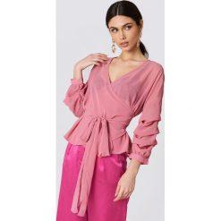 Bluzki damskie: NA-KD Bluzka z wiązaniem w pasie – Pink