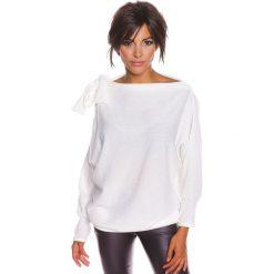 """Sweter """"Pia"""" w kolorze białym. Białe swetry klasyczne damskie marki 100% Maille, s, z dekoltem w łódkę. W wyprzedaży za 129,95 zł."""