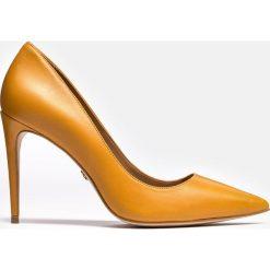 Miodowe czółenka damskie. Pomarańczowe czółenka bez pięty marki Kazar, ze skóry, na wysokim obcasie, na obcasie. Za 469,00 zł.