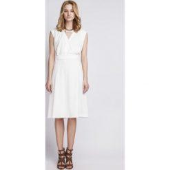 Sukienki: Kopertowa Biała Sukienka z Szerokim Dołem