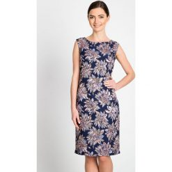 Żakardowa sukienka w kwiaty z połyskiem QUIOSQUE. Szare sukienki balowe marki QUIOSQUE, na spotkanie biznesowe, w kwiaty, z tkaniny, z kopertowym dekoltem, bez rękawów, mini, dopasowane. W wyprzedaży za 89,99 zł.