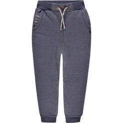 Spodnie dresowe w kolorze szarym. Szare dresy chłopięce marki Kanz, z bawełny. W wyprzedaży za 49,95 zł.