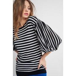 Swetry klasyczne damskie: Sweter z bufiastymi rękawami