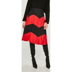 Answear - Spódnica. Czarne spódniczki plisowane damskie ANSWEAR, m, z materiału, z podwyższonym stanem, midi. W wyprzedaży za 139,90 zł.