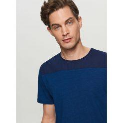 T-shirty męskie: T-shirt z tkaninowym karczkiem – Granatowy