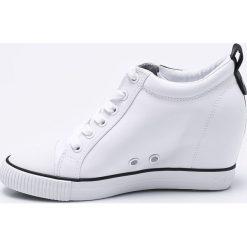 Calvin Klein Jeans - Botki. Szare buty zimowe damskie marki Calvin Klein Jeans, z jeansu, z okrągłym noskiem, na koturnie. W wyprzedaży za 459,90 zł.