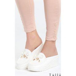 Białe Klapki Lady Bird. Czarne buty ślubne damskie marki Kazar, z materiału, na wysokim obcasie, na koturnie. Za 79,99 zł.