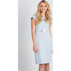 Błękitna sukienka z paskiem QUIOSQUE. Niebieskie sukienki balowe QUIOSQUE, z bawełny, z okrągłym kołnierzem, z krótkim rękawem, mini, dopasowane. W wyprzedaży za 139,99 zł.
