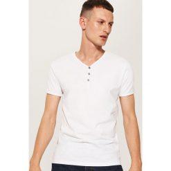 Gładki t-shirt z guzikami - Biały. Czarne t-shirty męskie marki House, l, z nadrukiem. Za 35,99 zł.