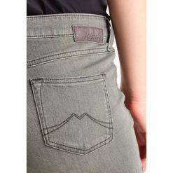 Mustang JASMIN BUTTON Jeansy Slim Fit olive. Niebieskie jeansy damskie marki Mustang, z aplikacjami, z bawełny. W wyprzedaży za 186,45 zł.
