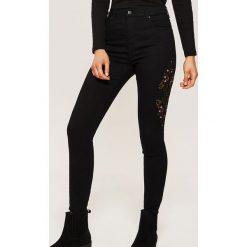 Jeansy high waist skinny - Czarny. Czarne rurki damskie House, z jeansu, z podwyższonym stanem. Za 69,99 zł.