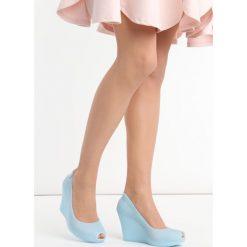 Niebieskie Koturny Noklast. Niebieskie buty ślubne damskie Born2be, z kauczuku, z okrągłym noskiem, na wysokim obcasie, na koturnie. Za 49,99 zł.