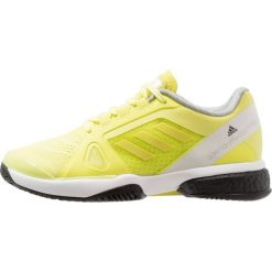 Adidas by Stella McCartney BARRICADE BOOST Obuwie multicourt aero lime/footwear white/core black. Żółte buty do tenisu damskie adidas by Stella McCartney, z materiału. W wyprzedaży za 535,20 zł.