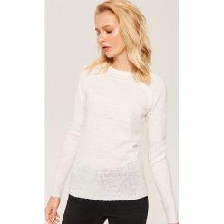Sweter ze sztucznymi perłami - Kremowy. Białe swetry klasyczne damskie House, l. Za 59,99 zł.