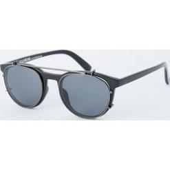 Czarne okulary przeciwsłoneczne z podwójnym mostkiem. Czarne okulary przeciwsłoneczne męskie aviatory Pull&Bear. Za 69,90 zł.