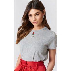 NA-KD T-shirt z haftowaną różą - Grey. Szare t-shirty damskie NA-KD, z haftami, z bawełny, z klasycznym kołnierzykiem. Za 60,95 zł.