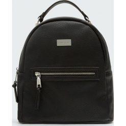 Czarny plecak w miejskim stylu. Czarne plecaki damskie Pull&Bear. Za 99,90 zł.