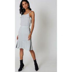 Sukienki hiszpanki: Qontrast x NA-KD Brokatowa sukienka z falbaną – Silver