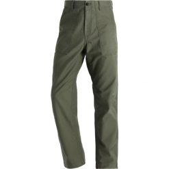Spodnie męskie: Carhartt WIP FATIGUE SANDERS Spodnie materiałowe rover green stone washed