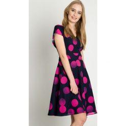 Sukienki hiszpanki: Granatowa sukienka w różowe grochy BIALCON