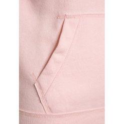 Abercrombie & Fitch EVERYBODY  Bluza z kapturem pink. Czerwone bluzy chłopięce rozpinane Abercrombie & Fitch, z bawełny, z kapturem. Za 169,00 zł.