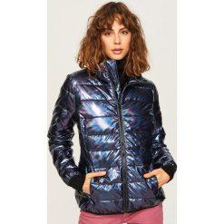 Pikowana kurtka o holograficznym połysku - Czarny. Czarne kurtki damskie pikowane marki Reserved. W wyprzedaży za 79,99 zł.
