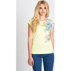 Bluzki damskie: Żółta bluzka z pastelowym nadrukiem QUIOSQUE