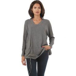 Sweter w kolorze antracytowym. Szare swetry klasyczne damskie marki L'étoile du cachemire, z kaszmiru, ze sznurowanym dekoltem. W wyprzedaży za 129,95 zł.