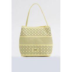 Mała torebka z ażurowym panelem. Szare torebki klasyczne damskie Monnari, w ażurowe wzory, ze skóry, małe, zdobione, z frędzlami. Za 87,60 zł.