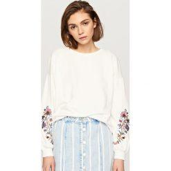 Bluzy damskie: Bluza z wyhaftowanymi kwiatami – Kremowy
