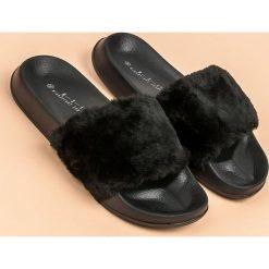 Chodaki damskie: Czarne klapki z futerkiem MERG