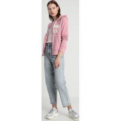 Abercrombie & Fitch LONG LIFE LOGO  Bluza rozpinana pink. Czerwone bluzy rozpinane damskie Abercrombie & Fitch, xs, z bawełny. Za 369,00 zł.