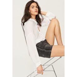 Szorty damskie: Jeansowe szorty z frędzlami – Czarny