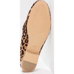 Maruti BELIZ  Klapki brown/black. Brązowe crocsy damskie Maruti, z materiału. W wyprzedaży za 367,20 zł.