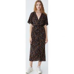 Sukienka midi z drapowanym dekoltem. Brązowe sukienki hiszpanki Pull&Bear, midi. Za 139,00 zł.