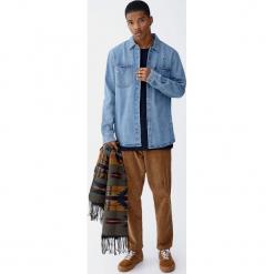 Jeansowa koszula wierzchnia z przetarciami. Niebieskie koszule męskie jeansowe marki Pull&Bear, m, z długim rękawem. Za 109,00 zł.
