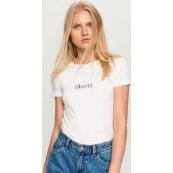 T-shirt z napisem - Biały. Białe t-shirty damskie Reserved, l, z napisami. Za 24,99 zł.