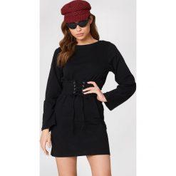 Sukienki hiszpanki: NA-KD Sukienka z paskiem – Black