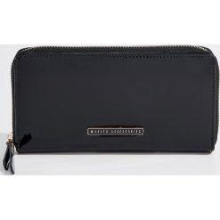 Duży lakierowany portfel - Czarny. Czarne portfele damskie marki Mohito, z lakierowanej skóry. Za 59,99 zł.