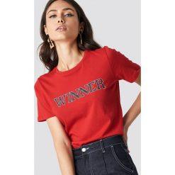 NA-KD T-shirt basic Winners - Red. Czerwone t-shirty damskie NA-KD, z nadrukiem, z materiału, z okrągłym kołnierzem. Za 72,95 zł.