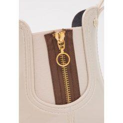 Gioseppo Kalosze offwhite. Białe buty zimowe damskie marki Gioseppo, z materiału. W wyprzedaży za 168,35 zł.