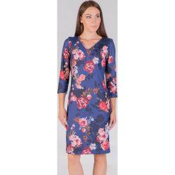 NIEBIESKA SUKIENKA o luźnym kroju w kwiaty QUIOSQUE. Niebieskie sukienki dzianinowe marki QUIOSQUE, w kwiaty, dopasowane. W wyprzedaży za 89,99 zł.