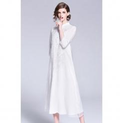 Sukienka w kolorze białym. Białe sukienki marki Zeraco, ze stójką, midi. W wyprzedaży za 349,95 zł.
