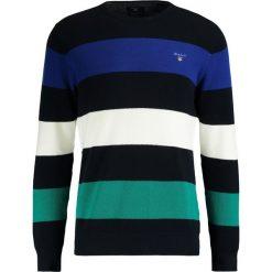 GANT BARSTRIPE CREW Sweter evening blue. Niebieskie kardigany męskie marki GANT, m, z bawełny. W wyprzedaży za 412,30 zł.
