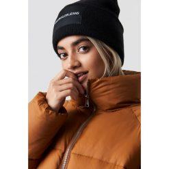 Calvin Klein Czapka J Calvin Klein W - Black. Czarne czapki zimowe damskie Calvin Klein, z aplikacjami, z dzianiny. Za 181,95 zł.