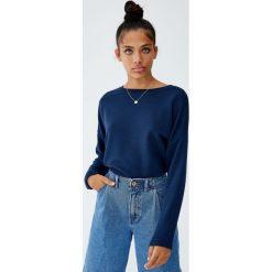 Bluza basic z dekoltem z obszyciem. Zielone bluzy damskie Pull&Bear. Za 39,90 zł.