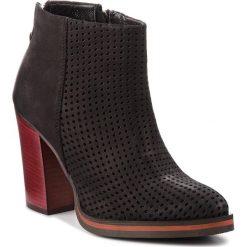 Botki CARINII - B4440 360-000-000-B77. Czarne buty zimowe damskie Carinii, z nubiku. W wyprzedaży za 259,00 zł.