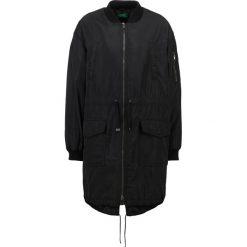 Benetton Kurtka Bomber black. Czarne bomberki damskie marki Benetton, z materiału. W wyprzedaży za 300,30 zł.