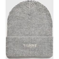 Tommy Hilfiger - Czapka. Szare czapki zimowe damskie TOMMY HILFIGER, na zimę, z dzianiny. Za 229,90 zł.