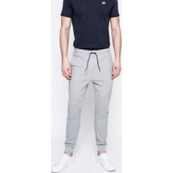 Guess Jeans - Spodnie. Szare jeansy męskie z dziurami marki Guess Jeans, l, z aplikacjami, z bawełny. W wyprzedaży za 239,90 zł.